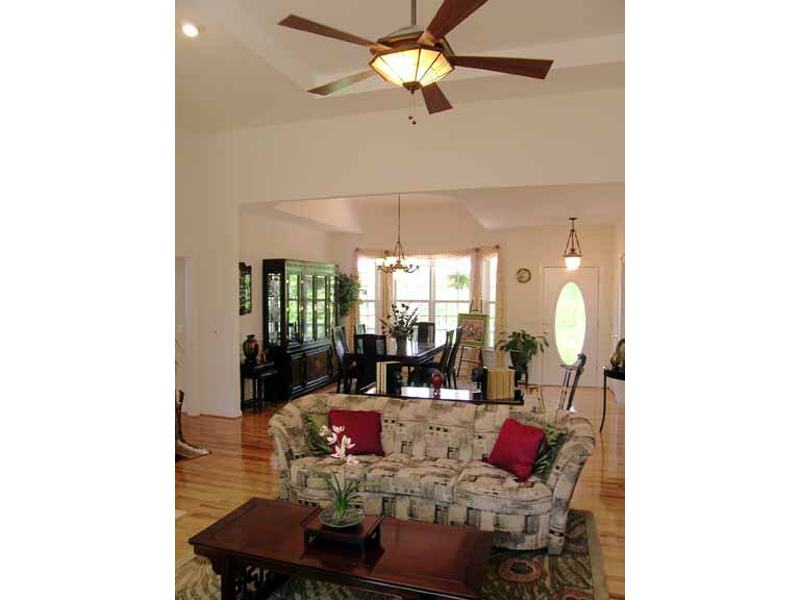Traditional House Plan Great Room Photo 03 016D-0047