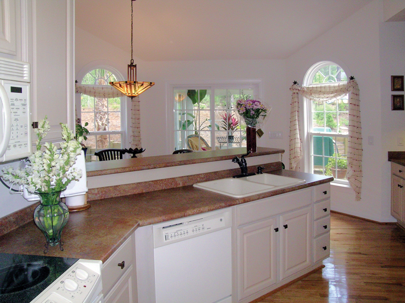 Southern House Plan Kitchen Photo 02 016D-0047