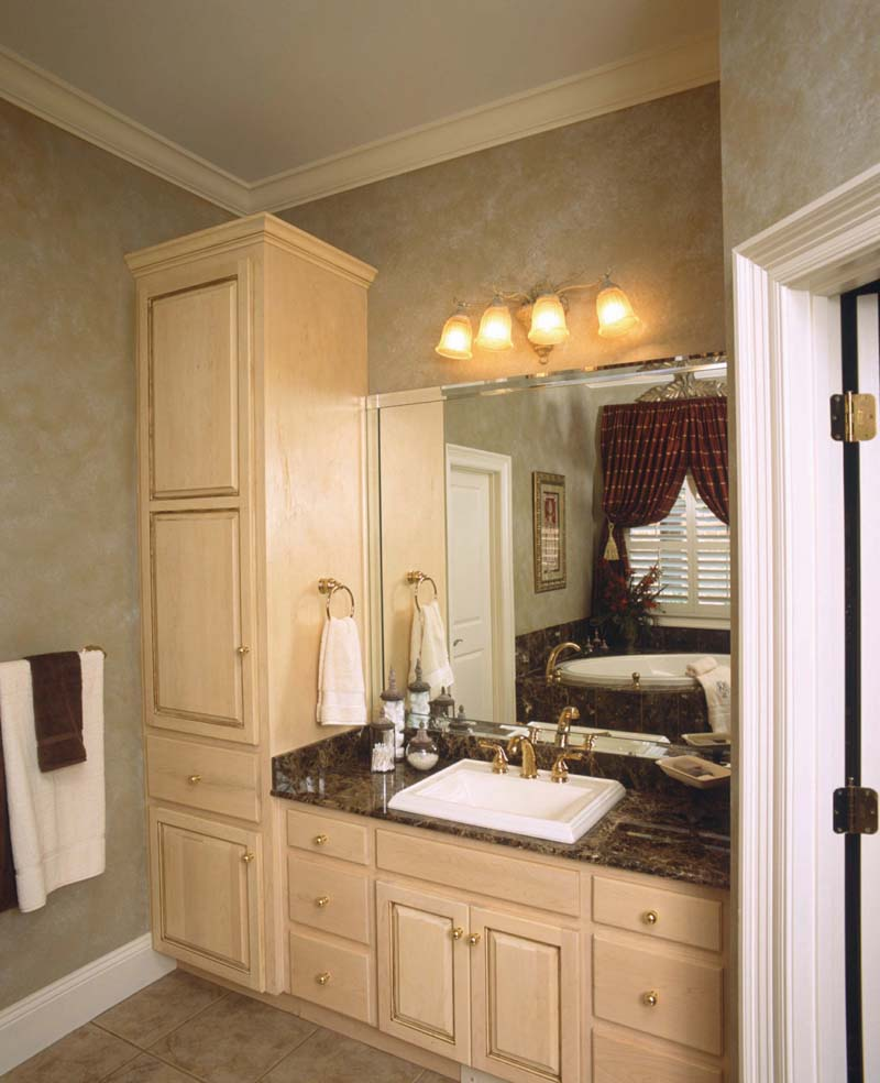 Southern House Plan Master Bathroom Photo 01 024S-0023