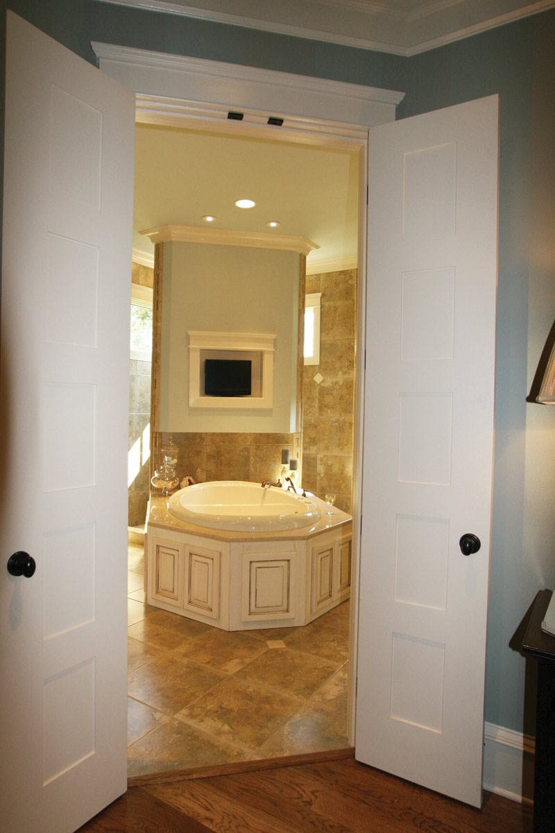 Luxury House Plan Master Bathroom Photo 14 024S-0025