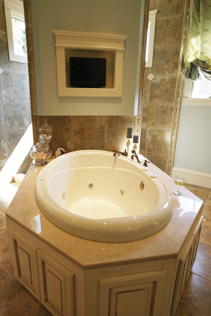 Waterfront Home Plan Master Bathroom Photo 03 024S-0025
