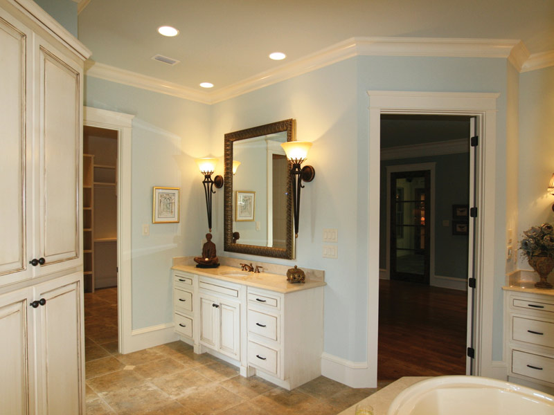 Country French Home Plan Master Bathroom Photo 04 024S-0025