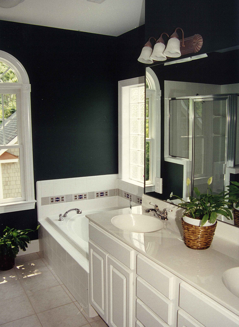 Farmhouse Home Plan Master Bathroom Photo 01 053D-0056