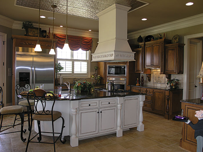 Luxury House Plan Kitchen Photo 01 129S-0006